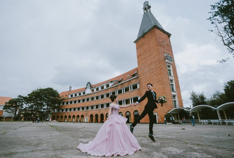 Chụp hình cưới Đà Lạt trước trường Đại Học