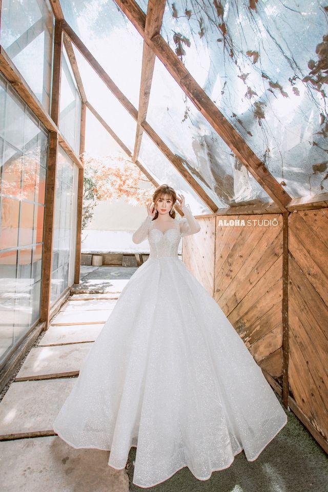 váy cưới công chúa cổ vuông