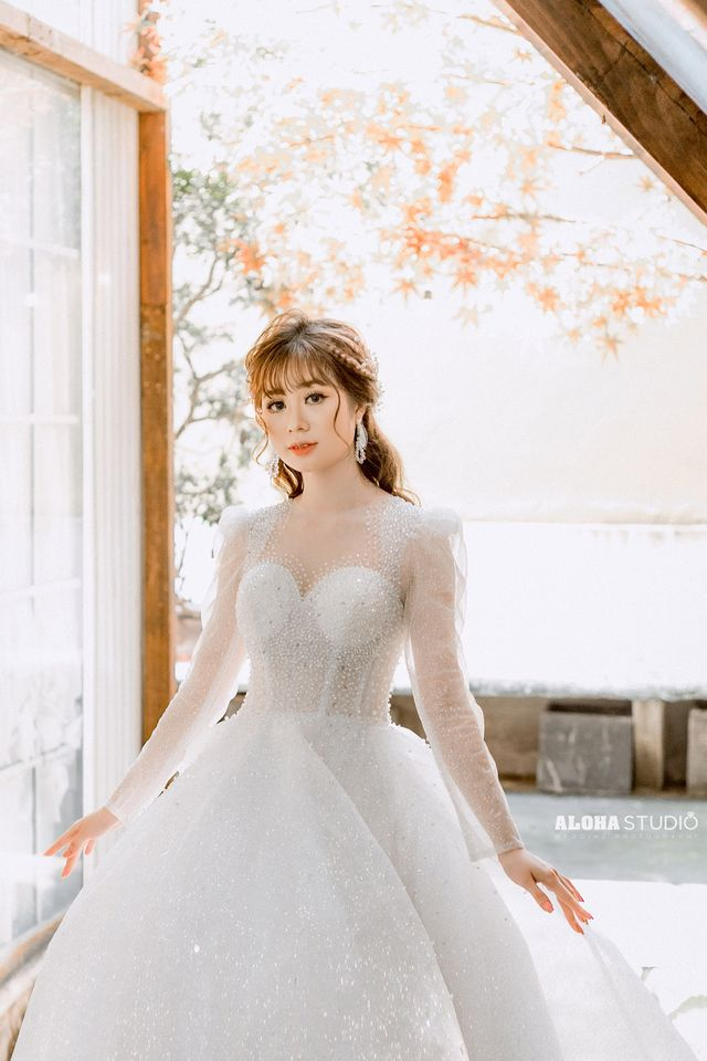 váy cưới cổ vuông dài tay