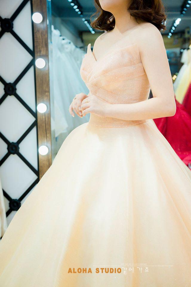 Ảnh 2 - Áo trắng kết hợp cùng váy vàng là bộ đôi được nhiều cô gái yêu thích