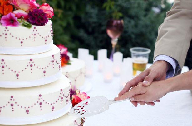 Cắt bánh cưới đã trở thành một hình ảnh quen thuộc