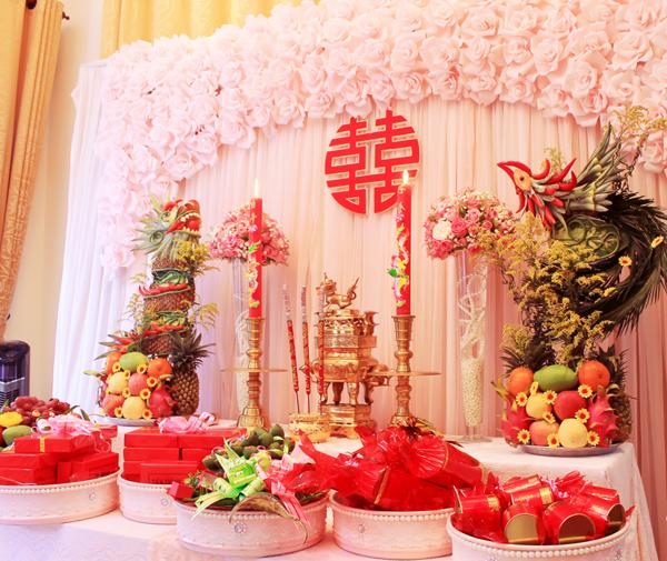 Ảnh 4 – Dù cách trang trí bàn thờ gia tiên ngày cưới khác nhau nhưng chung quy đều để thể hiện sự tôn kính của con cháu đối với ông bà tổ tiên.