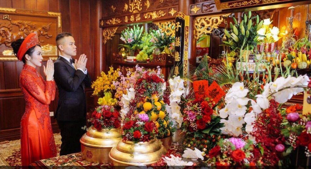 dâng vật phẩm lên bàn thờ- nghi thức cưới tại nhà gái