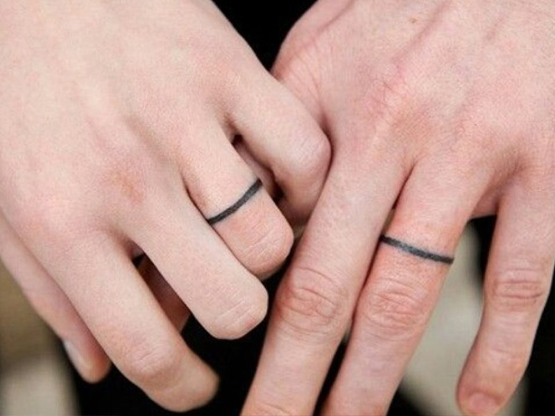 Ngón tay đeo nhẫn của cô dâu chú rể