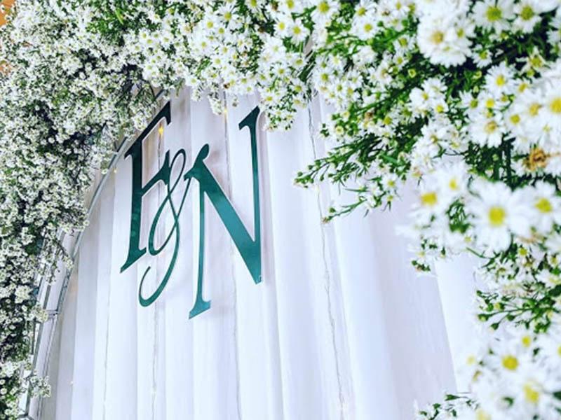 phông đám cưới hoa cúc trắng mini
