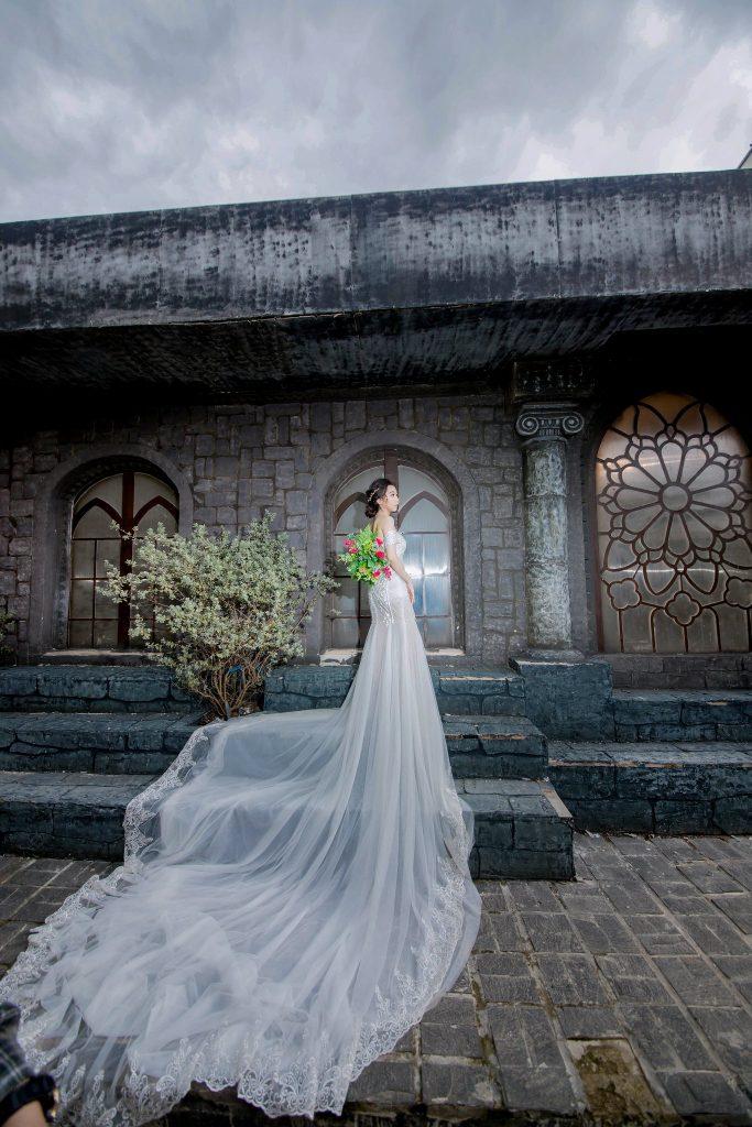 váy cưới đuôi cá màu trắng
