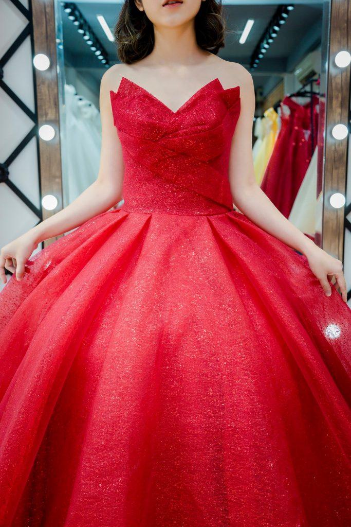 váy cưới cúp ngực màu đỏ