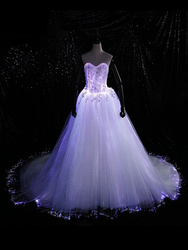 Váy cưới ánh đèn đơn sắc