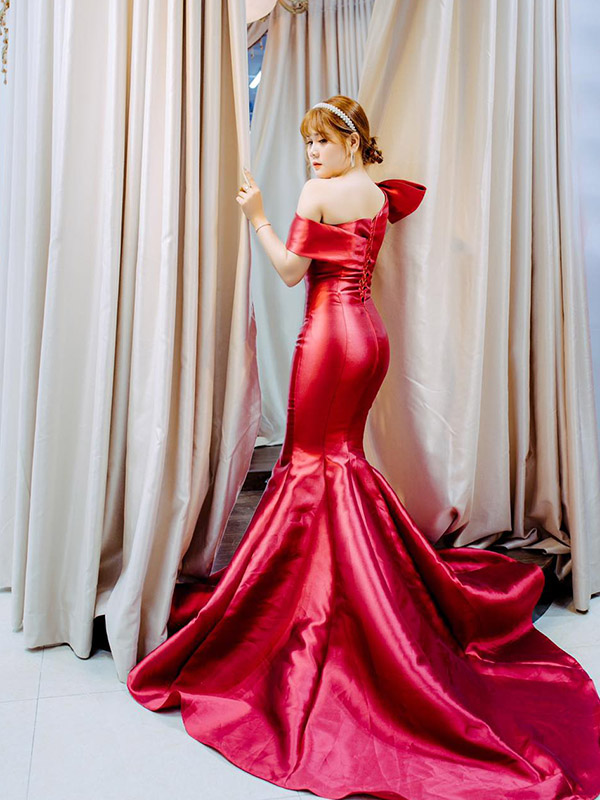 áo cưới đuôi cá màu đỏ