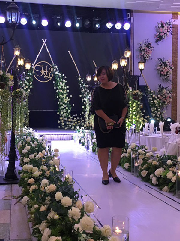 Sân khấu đám cưới trang trí hoa tươi