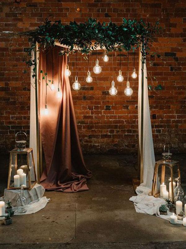 Sân khấu cưới trang trí lụa và ánh nến