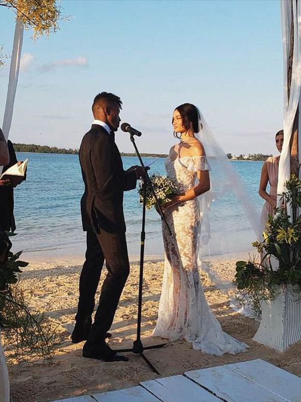 Váy cưới Shanina Shaik đơn giản nhưng vẫn cực thu hút